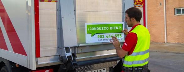 Colocación de las pegatinas de Conduzco Bien en los camiones de Palibex